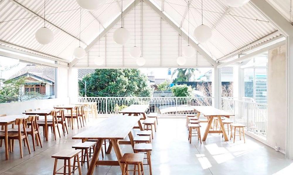 Cara Pasang Atap UPVC di Coffee Shop dengan Konsep Clean Look